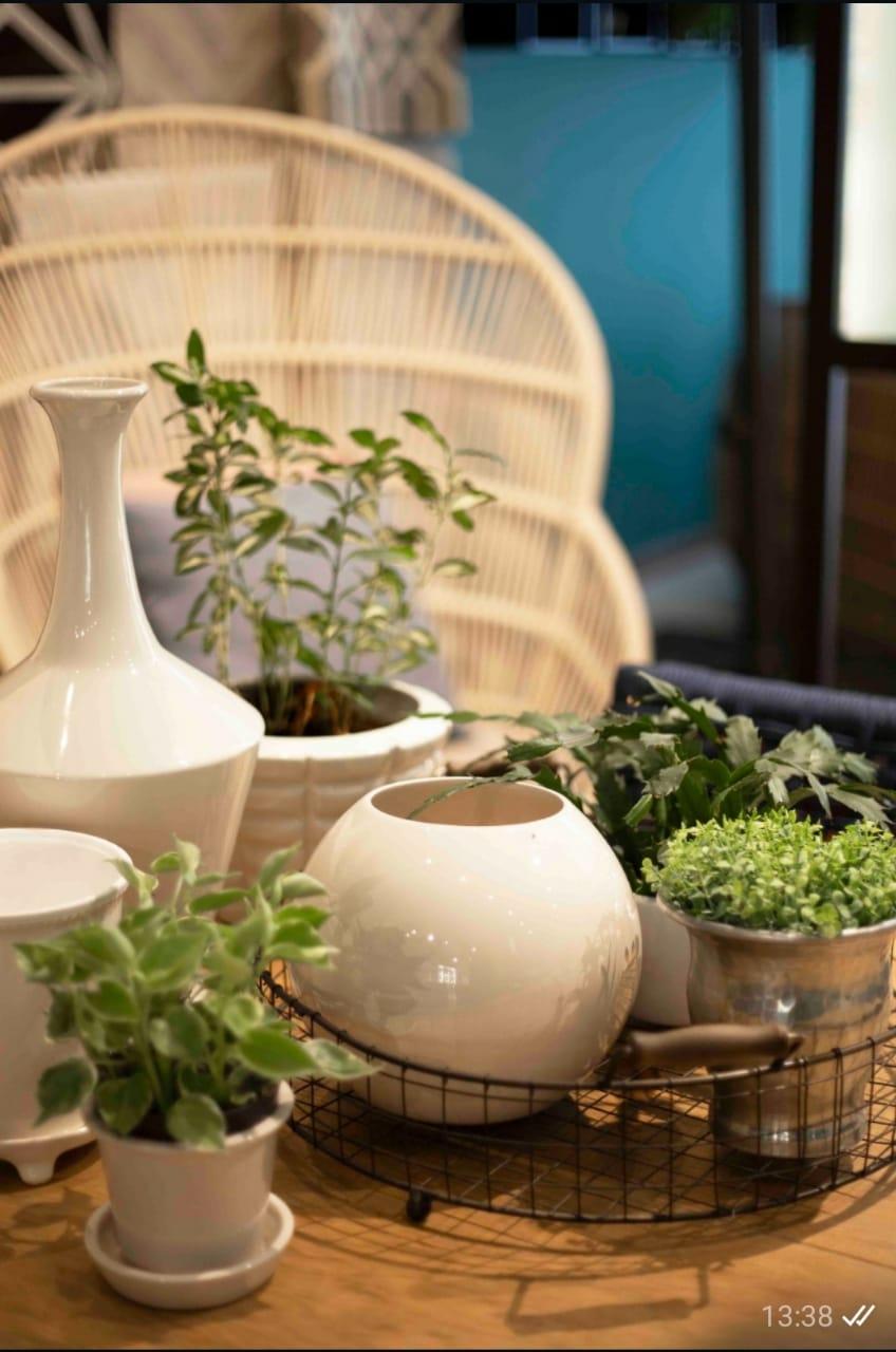 Pequenos arranjos de objetos e plantas sobre as mesas e cantinhos fazem toda diferença no espaço.