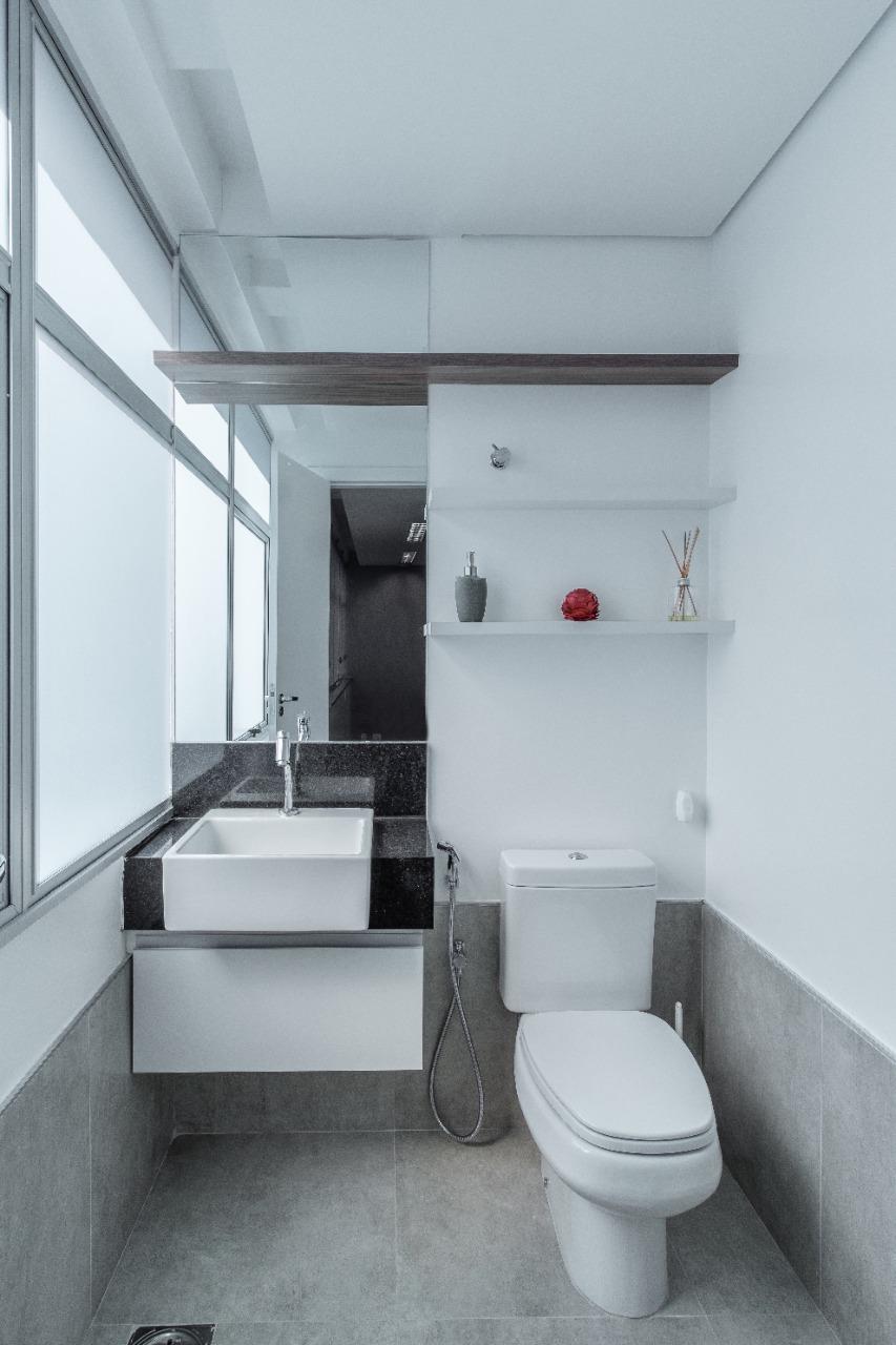 """Alguns banheiros coletivos são mantidos na """"simplicidade"""" mas não deixando de contar com detalhes na decoração e ajustes para um ambiente mais sustentável. Divulgação"""