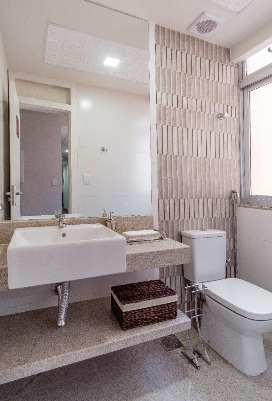 Hoje, o banheiro é um ambiente onde as pessoas tendem a investir mais em revestimentos e em detalhes para deixar o espaço mais bonito e confortável. Divulgação - Estúdio 4