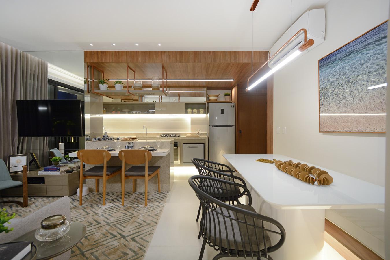 Colar decorativo de madeira constrata com mesa e luminária de metal no decorado de 69 m² - Marcus Camargo